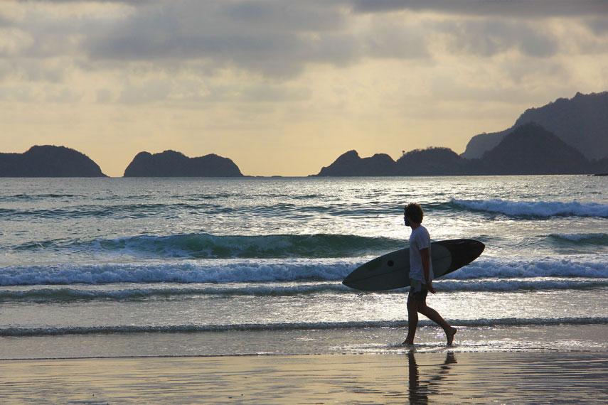 Pantai Pulau Merah bisa dikatakan salah satu surganya para pecinta olahraga selancar