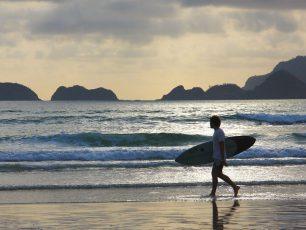 Pantai Pulau Merah, Pantai Surfing dengan Pemandangan Alam nan Indah