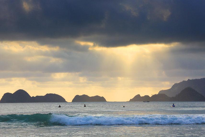 Pantai Pulau Merah memiliki pemandangan memukau dan ombak besar yang wajib Anda kunjungi di Banyuwangi
