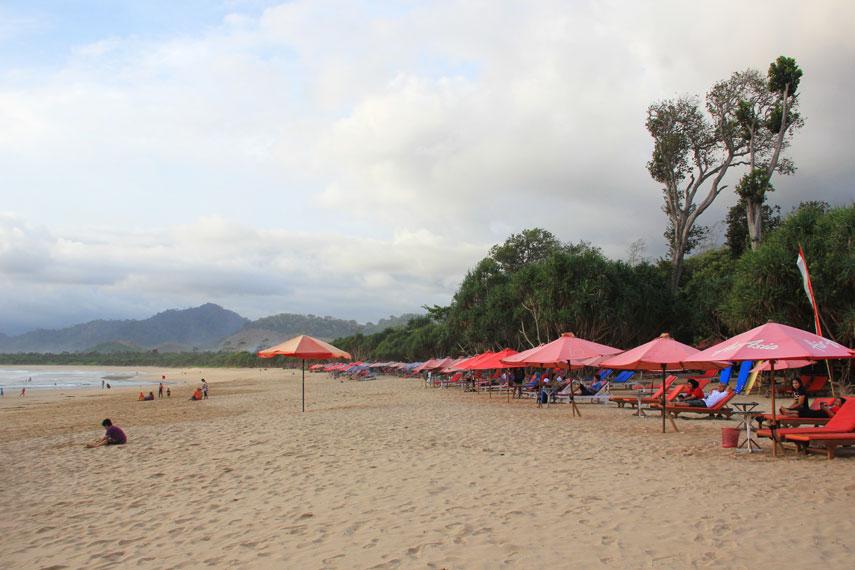 Lokasi Pantai Pulau Merah tidak jauh dari Pantai Mustika Pancer, tepatnya berada di Pesanggaran, Banyuwangi