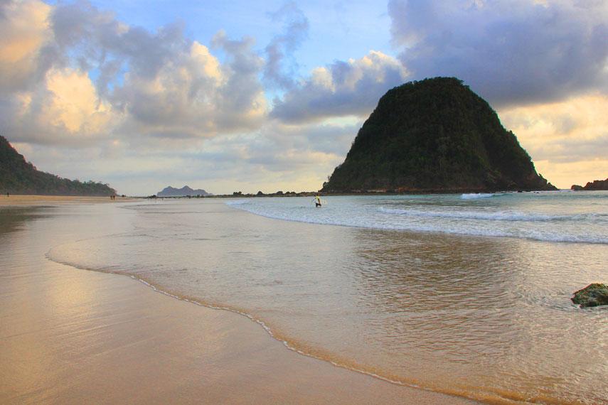 Selain ombak besar, karakteristik unik Pantai Pulau Merah terletak pada pemandangan pulau yang ada di dekat bibir pantai