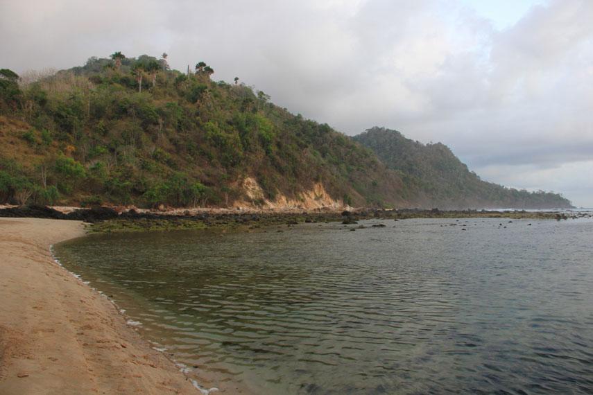 Garis pantai yang panjang dengan air yang jernih dan pasirnya yang putih sekaligus lembut menjadi daya tarik tersendiri di pantai ini
