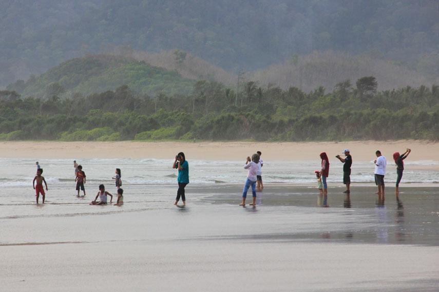 Selain Pantai Plengkung pamor Pantai Pulau Merah sebagai pantai surfing sudah melekat di mata wisatawan lokal maupun asing