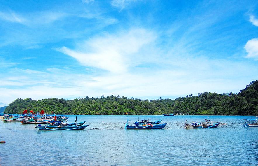 Pemandangan beberapa perahu nelayan yang sedang beroperasi di tengah laut