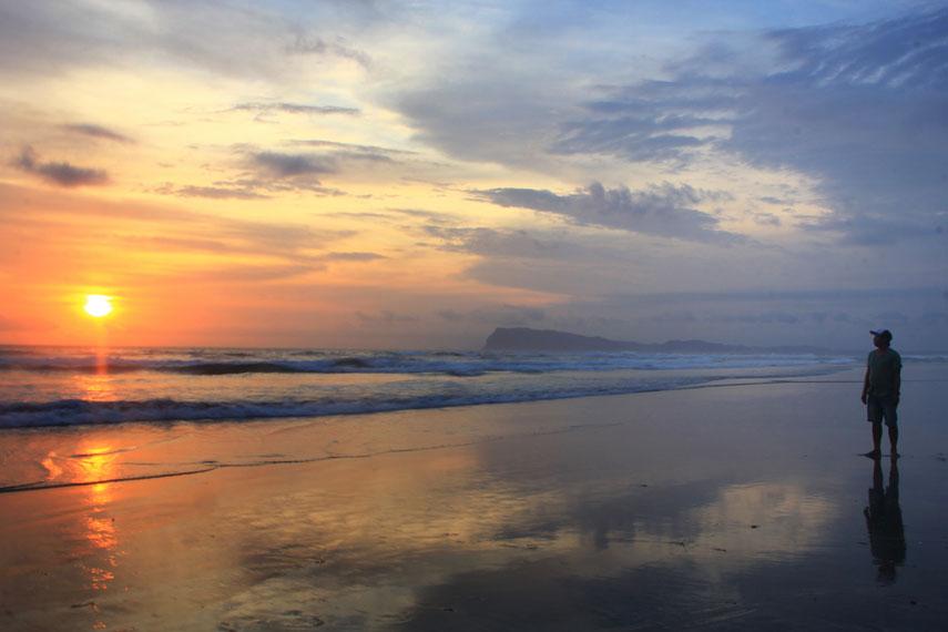 Pantai Triangulasi mempunyai ciri eksotikanya sendiri ini terlihat dari pantainya yang luas dengan hamparan pasirnya yang putih
