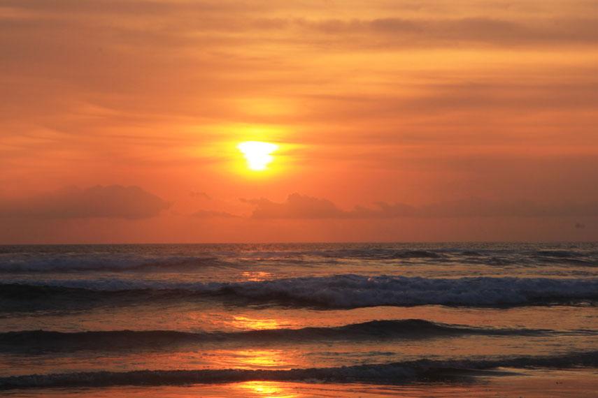 Ombaknya yang bergulung-gulung menjadikan pantai ini kurang diminati oleh peselancar dibandingkan dengan Pantai Plengkung