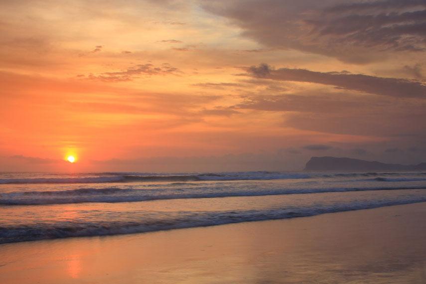 Pantai Triangulasi mempunyai panorama pemandangan matahari terbenam yang sangat indah