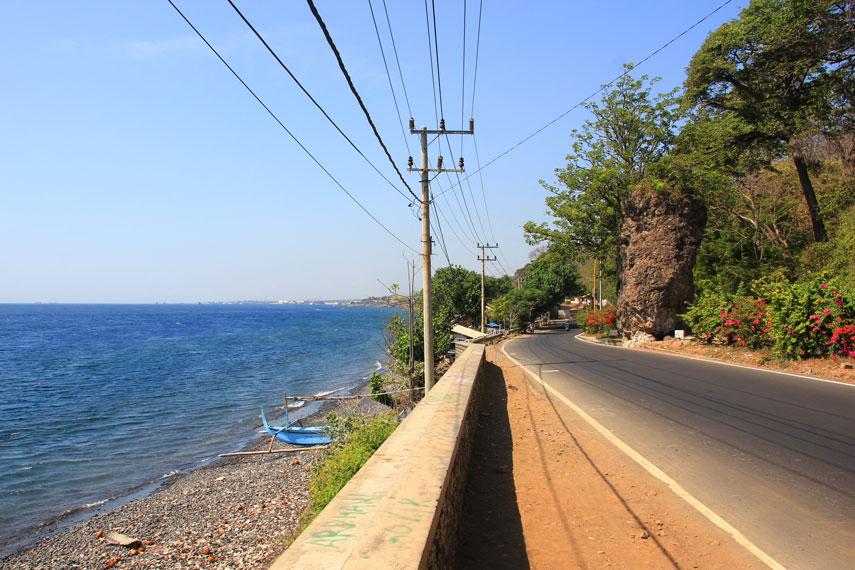 Jika sedang melintas di Jalan Lintas Situbondo‰ÛÒBanyuwangi, singgahlah sejenak di Pantai Watu Dodol, salah satu pantai yang menawarkan panorama alam menawan