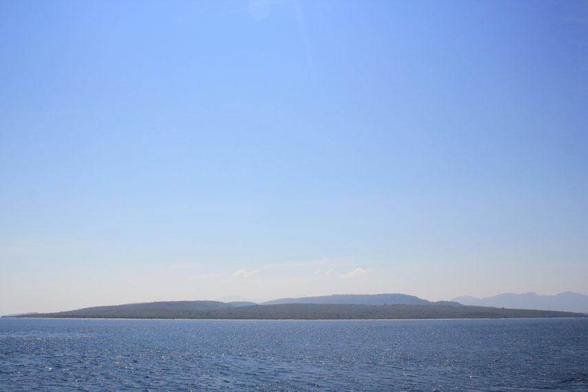 Air di Pantai Watu Dodol masih sangat jernih dan memiliki panorama pemandangan alam yang sangat menawan