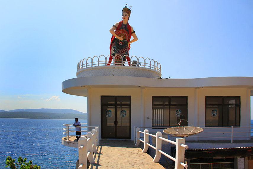 Menariknya, di pantai ini terdapat dekorasi patung penari Gandrung yang berada di atas bangunan