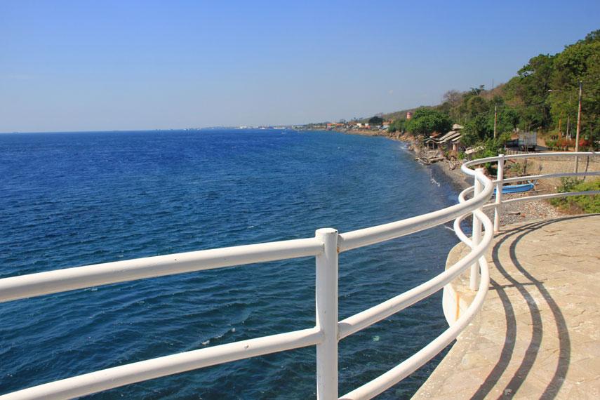 Menurut warga sekitar, Pantai Watu Dodol kerap dijadikan lokasi ritual Puter Kayon yang digelar setiap habis lebaran