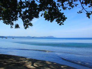 Melepas Lelah di Pantai Batu Putih, Sulawesi Utara