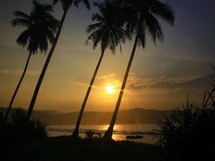 Keindahan Pesona Matahari Terbit di Pantai Karang Bereum
