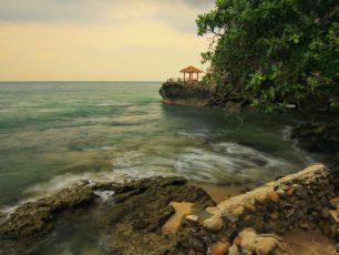 Pesona Tebing Berlubang Khas Pantai Karang Bolong