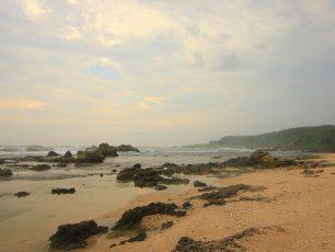 Memandangi Hempasan Ombak di Pantai Karang Songsong