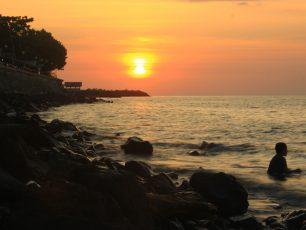 Sensasi Menikmati Pisang Goreng di Pantai Malalayang