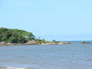 Menikmati Pantai Berpasir Putih Nyiur Melambai