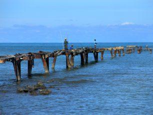 Melihat Bekas Stasiun Pengisian Minyak Kapal Timah di Pantai Olie Pier