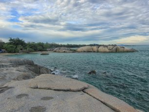 Pantai Penyabong, Pantai dengan Pemandangan Pulau-pulau