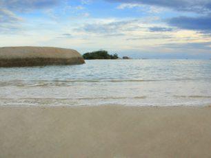 Pantai Tanjung Kiras, Pantai Berlatar Pulau