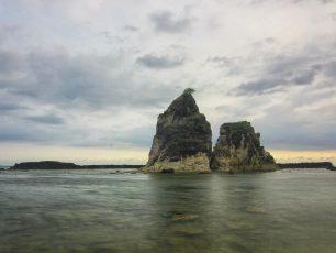 Menikmati Senja di Pantai Tanjung Layar Desa Sawarna