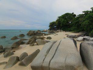 Menawarkan Pesona Pantai yang Romantis nan Menawan