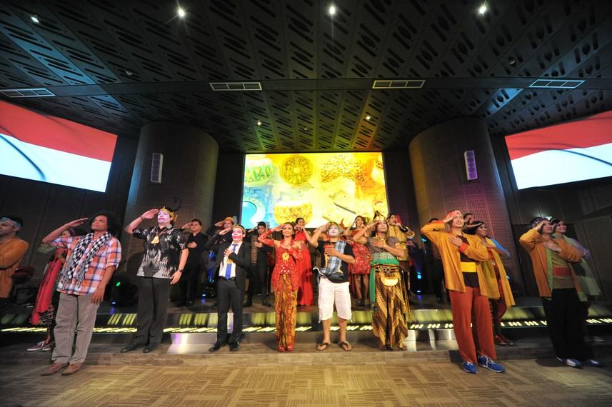 Para pengisi acara menyanyikan lagu Cinta Indonesia dengan khidmat