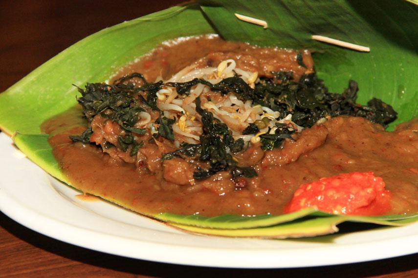 Pecel semanggi kuliner khas Jawa Timur yang menggunakan bahan utama berupa daun semanggi