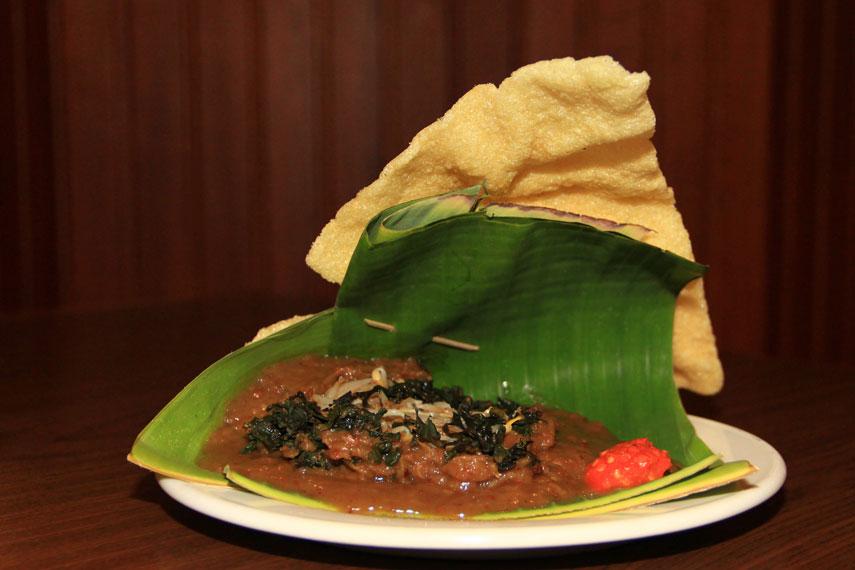 Selain daun semanggi, dalam satu porsi pecel semanggi juga terdapat bahan-bahan lain, seperti kecambah dan daun kangkung