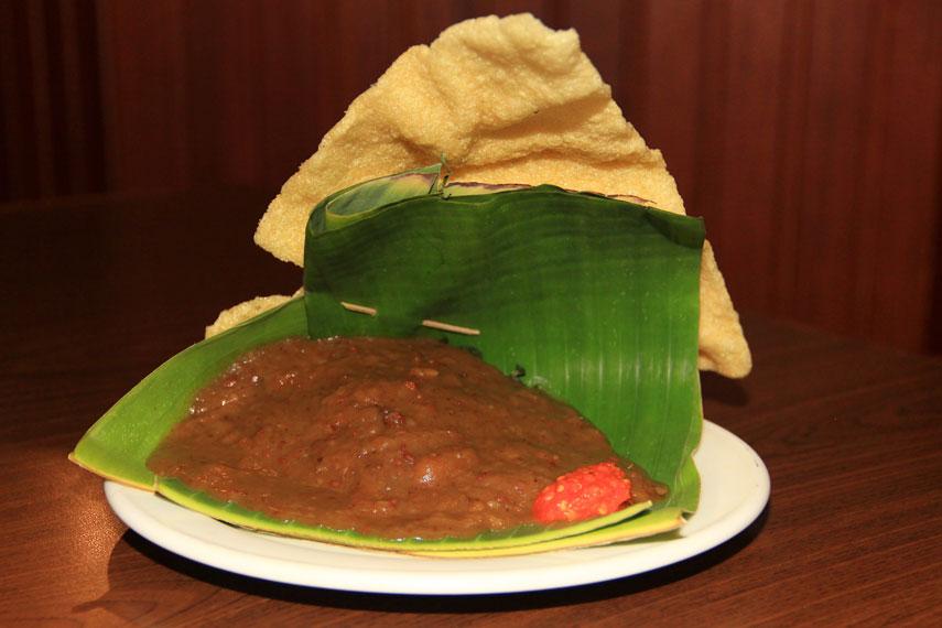 Sebagai kuliner khas Jawa Timur, pecel semanggi biasa disajikan pada wadah daun pisang dan ditambah siraman sambal kacang