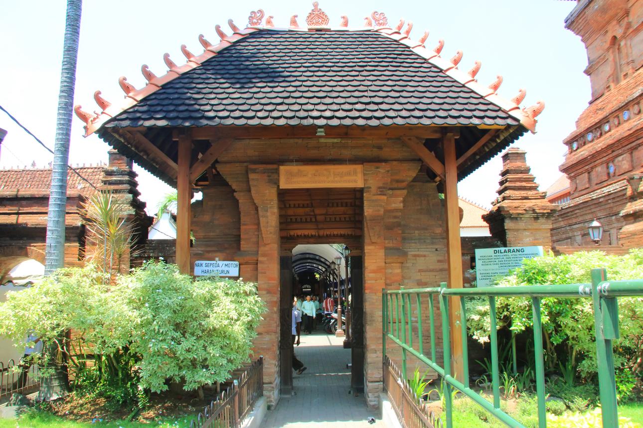 Pintu masuk menuju makam Sunan Kudus