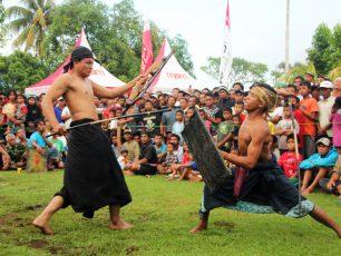 Menguji Keberanian Lewat Presean di Lombok