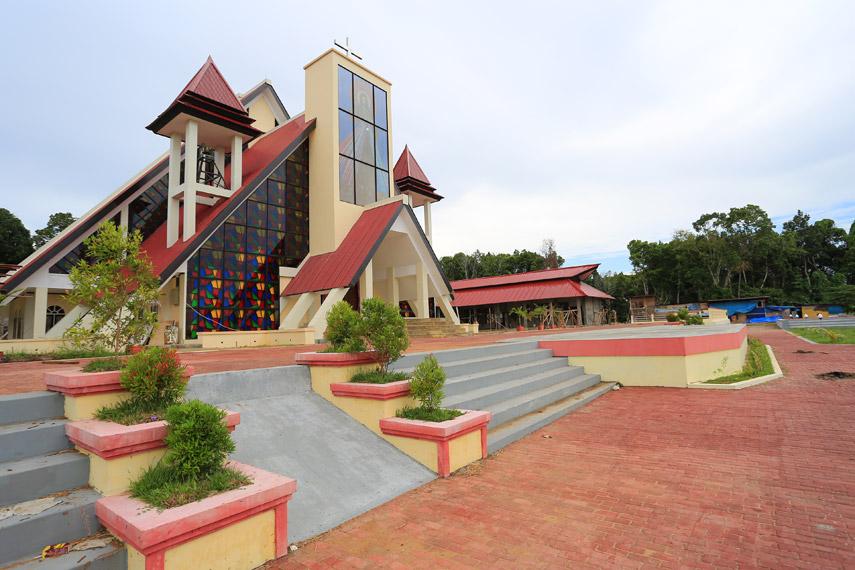 Gereja Katolik yang baru saja selesai dibangun dan belum diresmikan