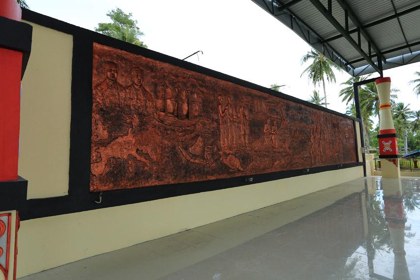 Sebuah relief yang menceritakan perjalanan Ottoue-Geisler di Papua yang berawal dari Pulau Mansinam