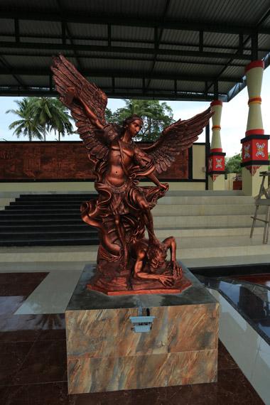 Patung Malaikat Mikail yang sedang mengalahkan iblis