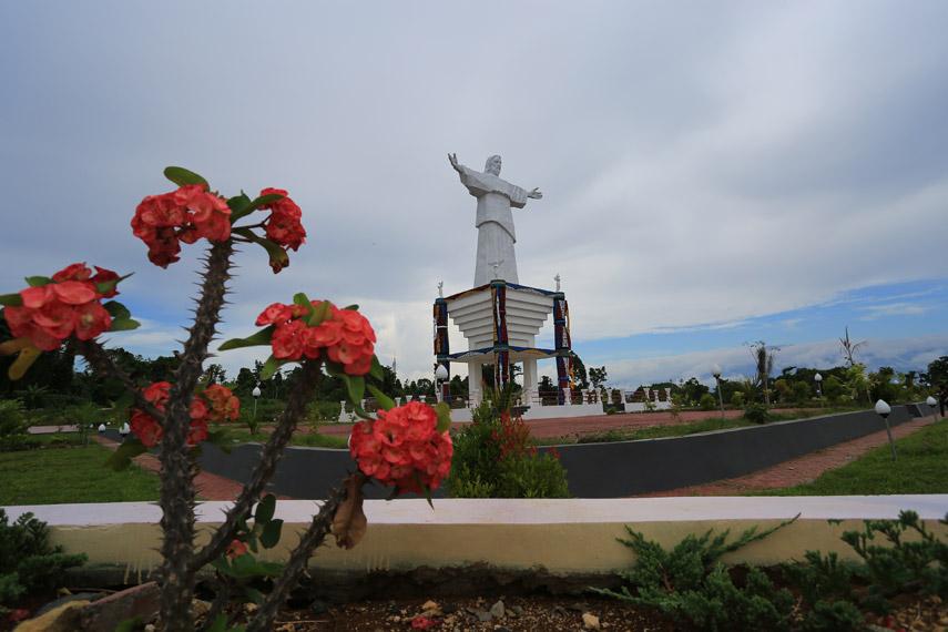Patung setinggi hampir 30 meter ini berdiri kokoh di puncak tertinggi Pulau Mansinam sebagai pengingat bahwa Tuhan selalu mengasihi Papua