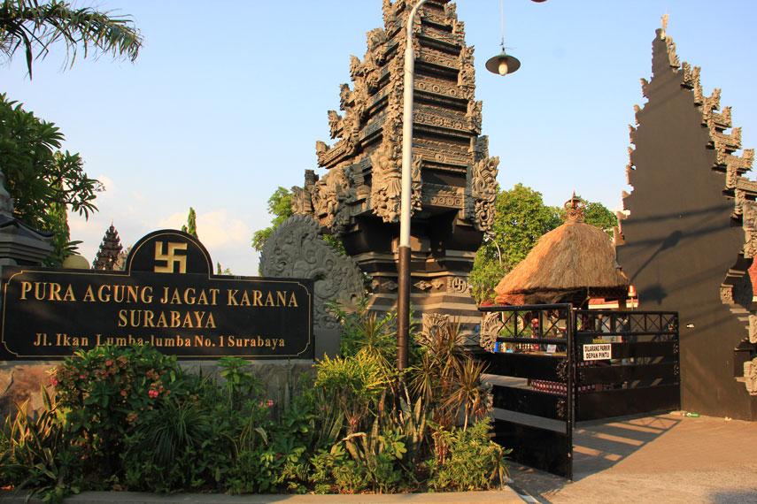 Pura Agung Jagat Karana terletak di Jalan Lumba-Lumba No.1 Surabaya, Jawa Timur