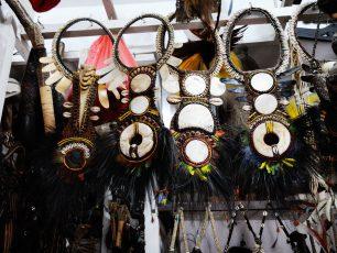 Berbelanja Benda-benda Seni Khas Papua di Pasar Hamadi