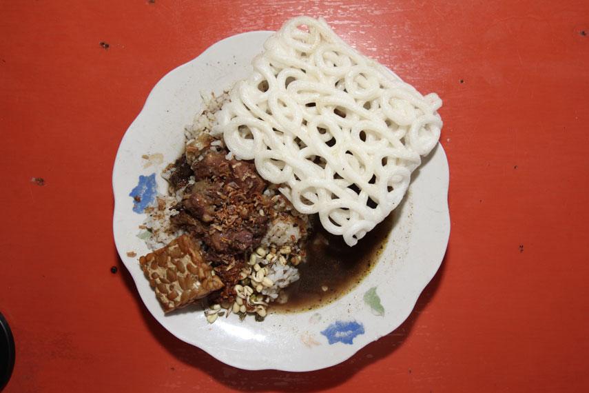 Secara umum, rawon berisi potongan daging dengan campuran kuah yang berwarna kecokelatan