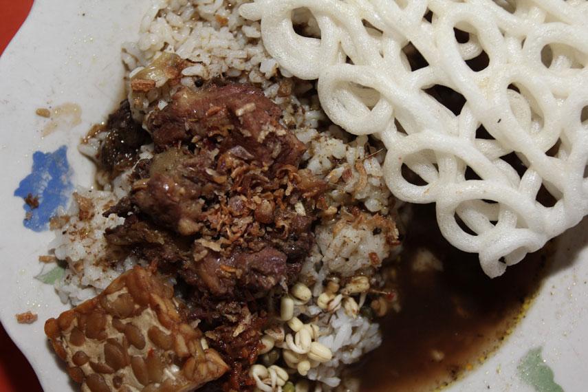 Rawon biasanya disajikan bersamaan dengan nasi panas serta tambahan tempe goreng, kerupuk, dan taburan kecambah