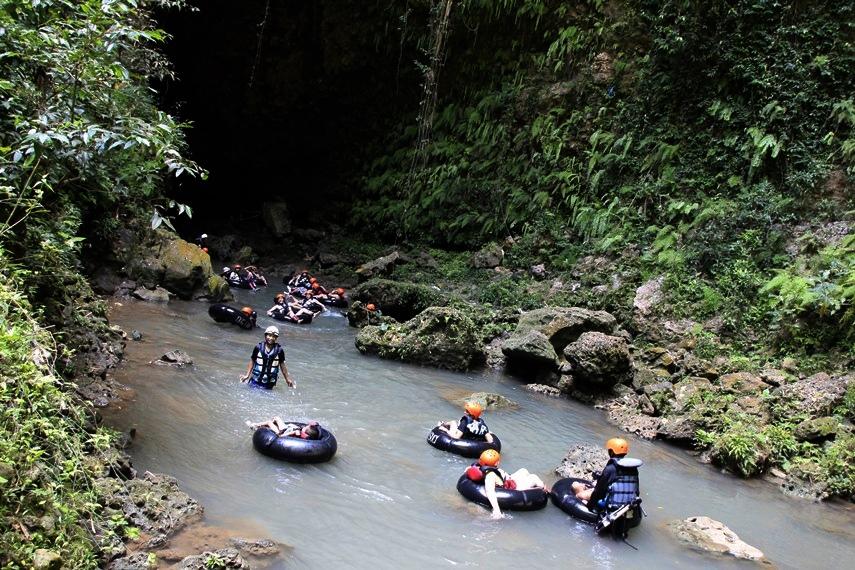 Aktivitas menyusuri gua yang bisa memicu adrenalin dan penuh tantangan