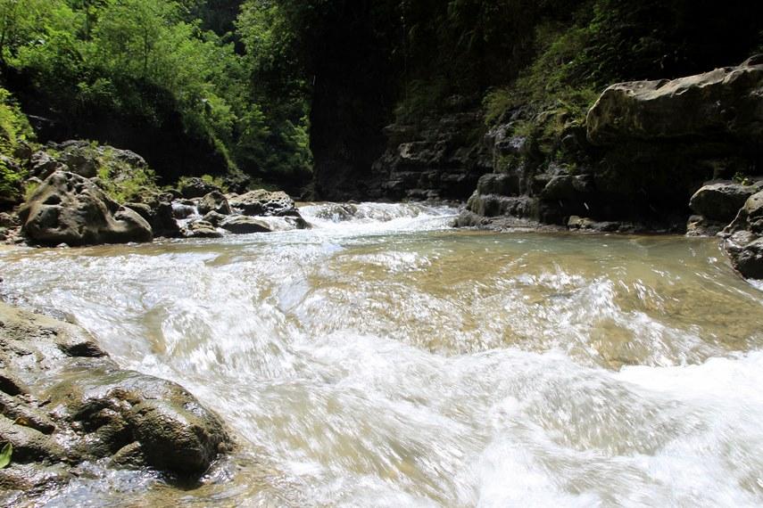Arus air yang sedikit deras menjadi tantangan tersendiri bagi pengunjung di Kalisuci Cave Tubing