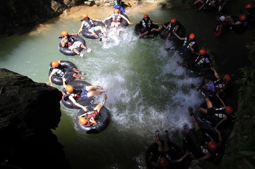 Pengunjung terlihat membentuk lingkaran dan menikmati aktivitas Susur Goa di Kalisuci Cave Tubing