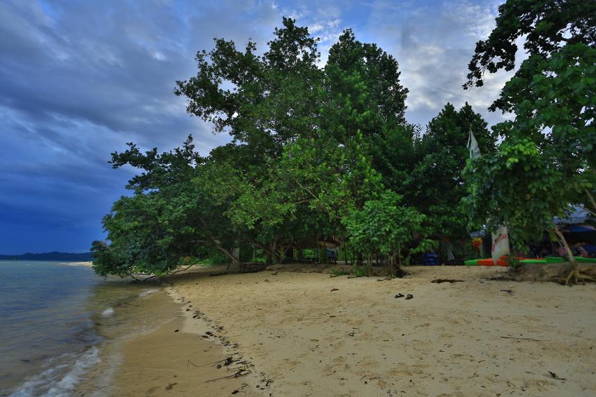 Area pantai yang cukup luas untuk bermain anak-anak