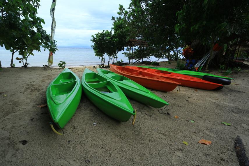Beberapa perahu kayak yang disewakan di pantai Saleo