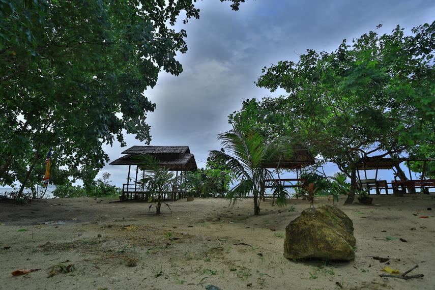Beberapa pondokan yang disewakan bagi para pengunjung pantai Saleo