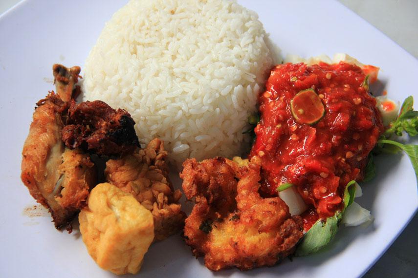 Sego dalam bahasa Jawa berarti nasi, sedangkan Tempong merujuk pada bahasa Jawa Ngoko yang bermakna tampar