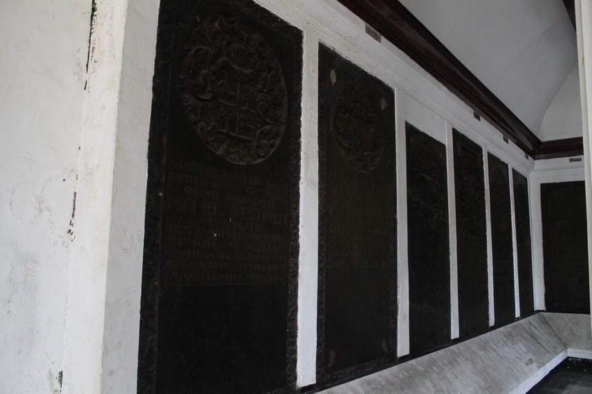 Sejumlah prasasti di ruang depan Museum Taman Prasasti