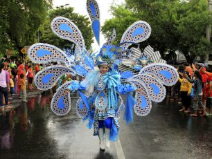 Parade Kreasi Batik dalam Solo Batik Carnival