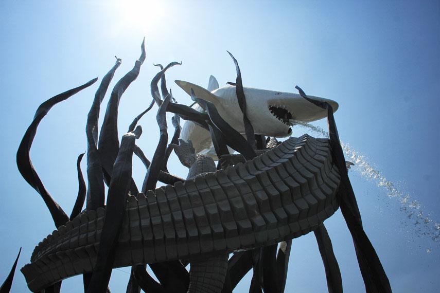 Nama Kota Surabaya sendiri berasal dari dua hewan yang menjadi simbol ini yaitu Sura yang memiliki arti hiu dan Baya yang berarti buaya